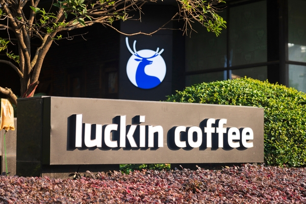 Ein Top vor dem IPO und Flop danach - der Fall Lucking Coffee als Paradebeispiel für Täuschung der Anleger und Investoren.